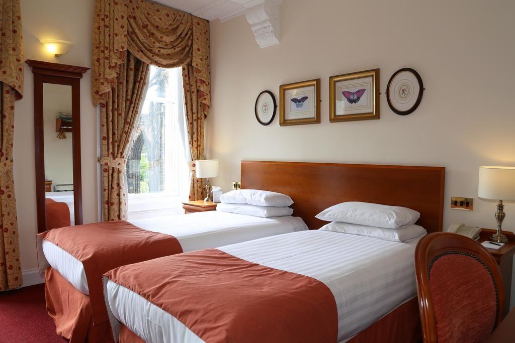 Charme classique d'une chambre d'Old Waverley Hotel à Edimbourg.