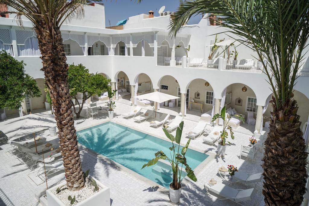 Au bord de la piscine de l'hôtel de charme du Palais Blanc Riad à Marrakech.