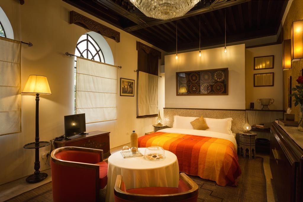 Chambre moderne et chaleureuse du Palais Khum à Marrakech.