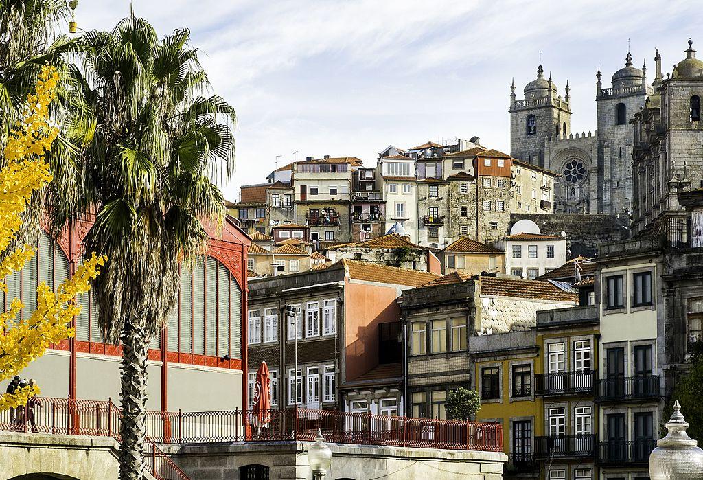 Cathédrale de Porto au sommet d'une colline de la Vieille Ville. Photo de Fred Bigio