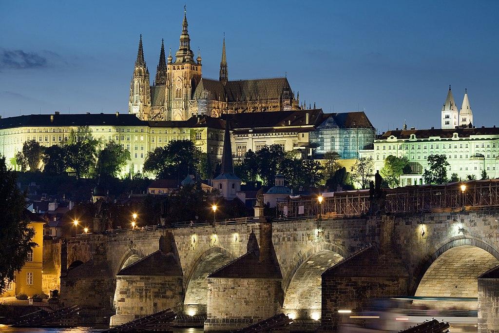 Vue sur le Château de Prague perché dans le quartier de Hradcany. Photo de Jorge Royan