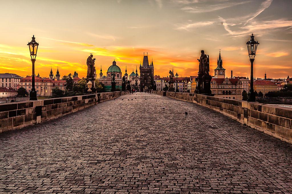 Pont Charles entre le centre historique et le quartier de Mala Strana à Prague - Photo de Valerii Tkachenko