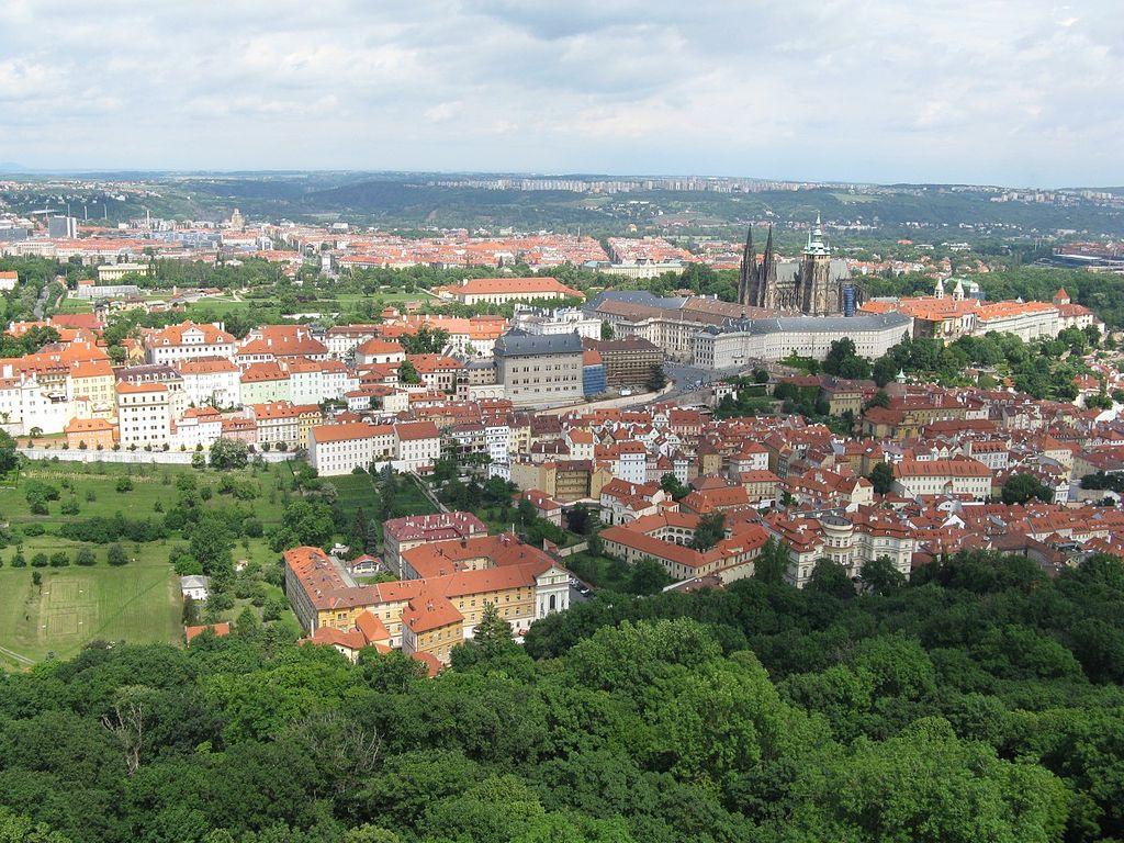Vue sur le quartier de Hradcany à Prague, il comprend le chateau et la cathédrale et s'étend plus à l'ouest ici à gauche sur la photo. Photo de Alen Ištoković