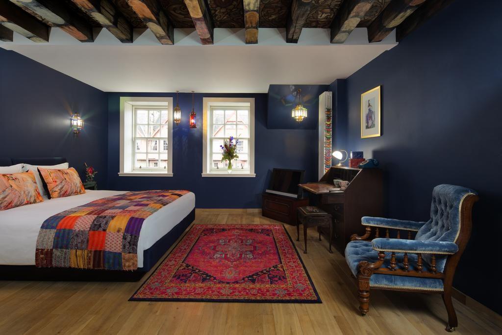 Des chambres originales et contrastées au Radisson Collection Hotel à Edimbourg.