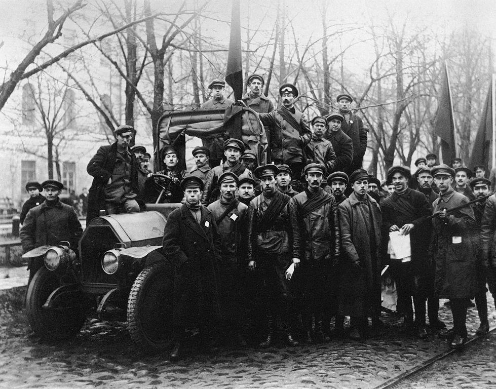 Garde rouge dans Petrograd en 1917, la ville fût ensuite baptisé Leningrad et enfin Saint Petersbourg. Photo de Viktor Bulla