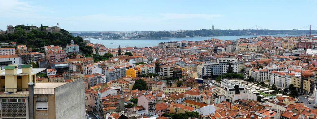 Vue sur Lisbonne et ses quartiers depuis le belvédère de Graça. Photo de Reino Baptista
