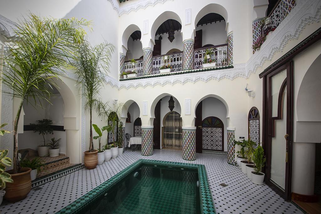 Patio-piscine dans l'hotel de charme Riad Maison Belbaraka à Marrakech.