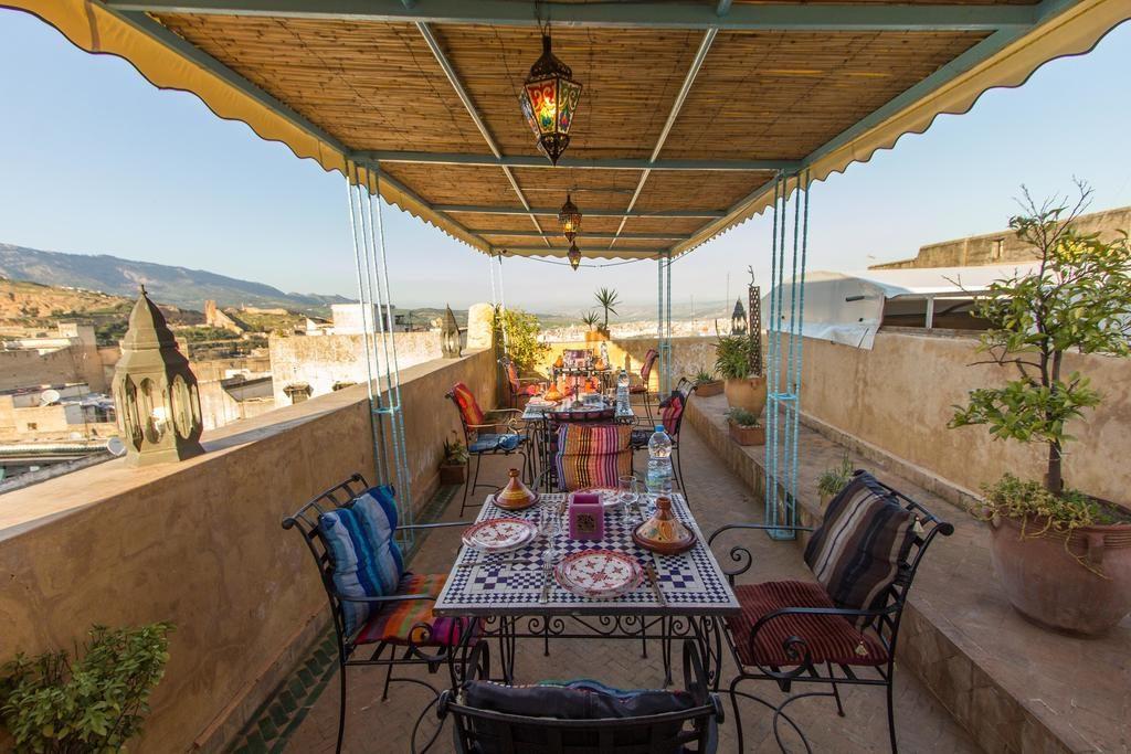 Terrasse du Riad Noujoum Medina, un hôtel pas cher à Fes.