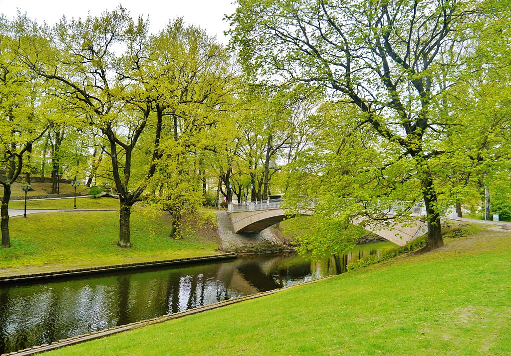 Jardin Bastejkalns entre le Vieux Riga (Vecriga) et le quartier de Centrs. Photo de Zairon