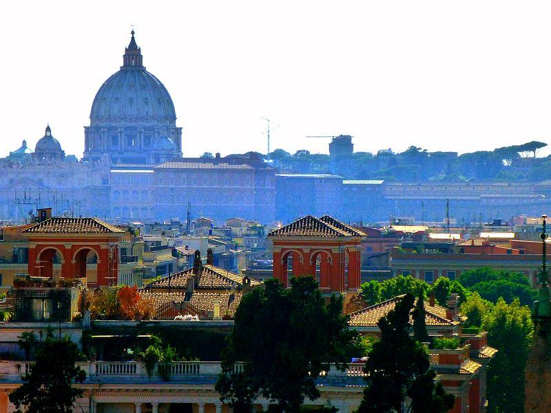 Coupole de Saint Pierre de Rome au Vatican domine l'horizon - Photo d'Armand 69.