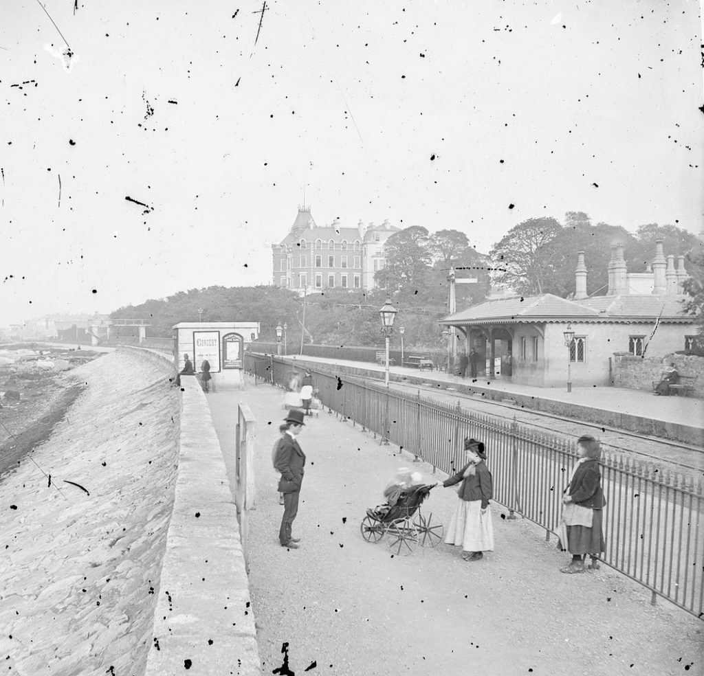 Salthill Railway Station à Monktown près de Dublin - Photo de Frederick Holland Mares et James Simonton