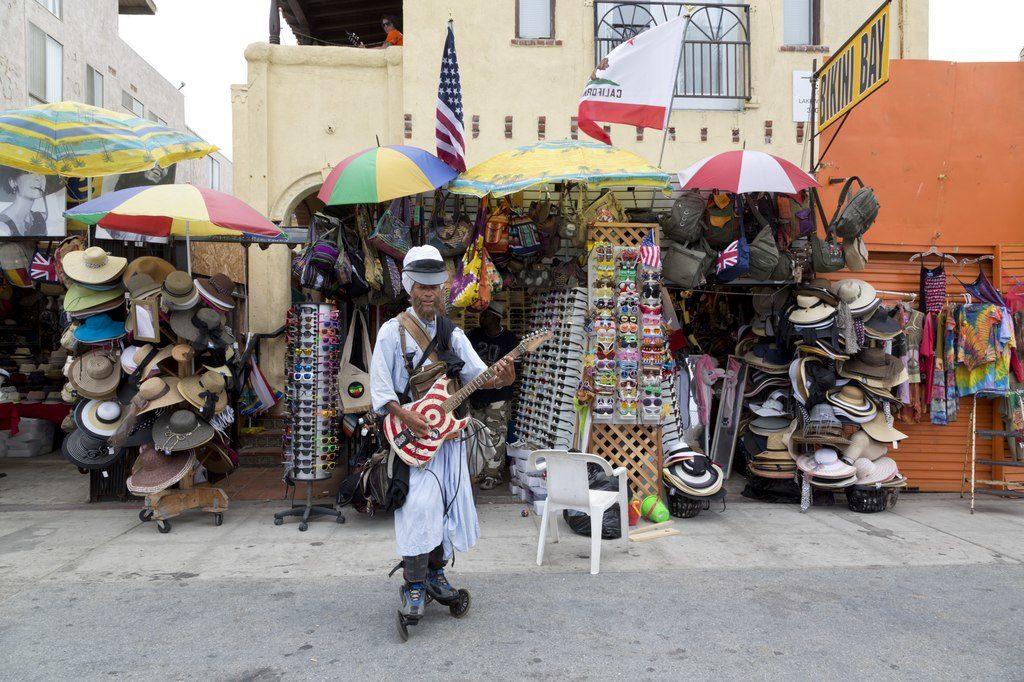 Artiste de rue, guitariste-surfeur à Venice Beach, Los Angeles - Photo de Carol M. Highsmith