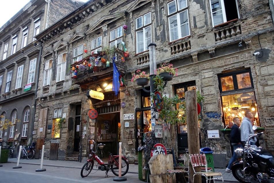 Façade de la Szimpla Kert à Budapest - Photo de Thaler Tamas