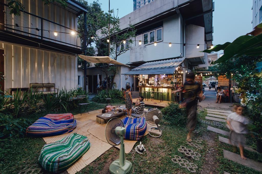 Génial jardin à l'auberge de jeunesse The Yard Hostel à Bangkok.