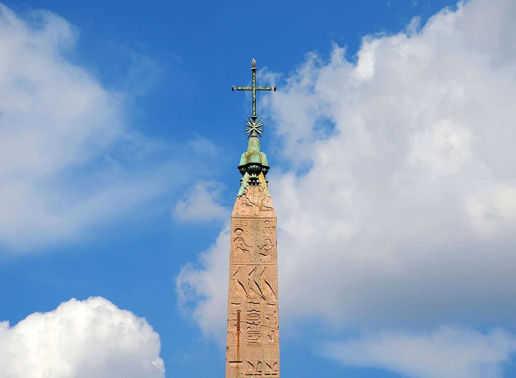 Sommet de l'obélisque de la piazza del popolo à Rome - Photo de Livioandronico2013