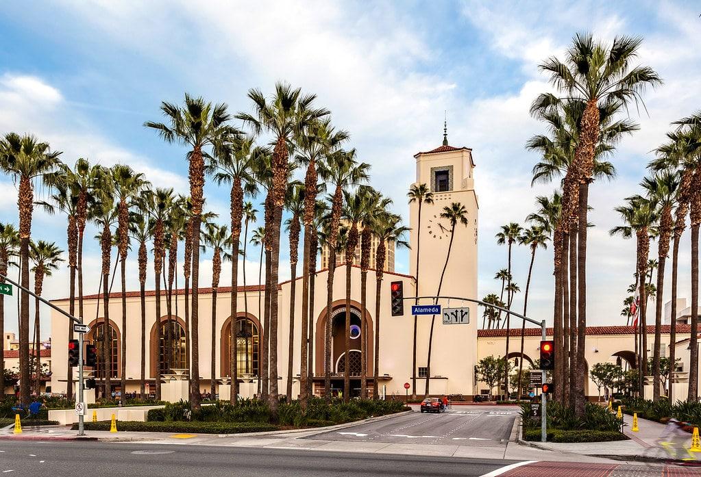 Extérieur de la gare ferroviaire de Los Angeles : La superbe Union station.