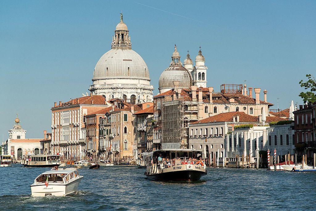 Vaporetto dans le Grand Canal de Venise - Photo de Peter K Burian