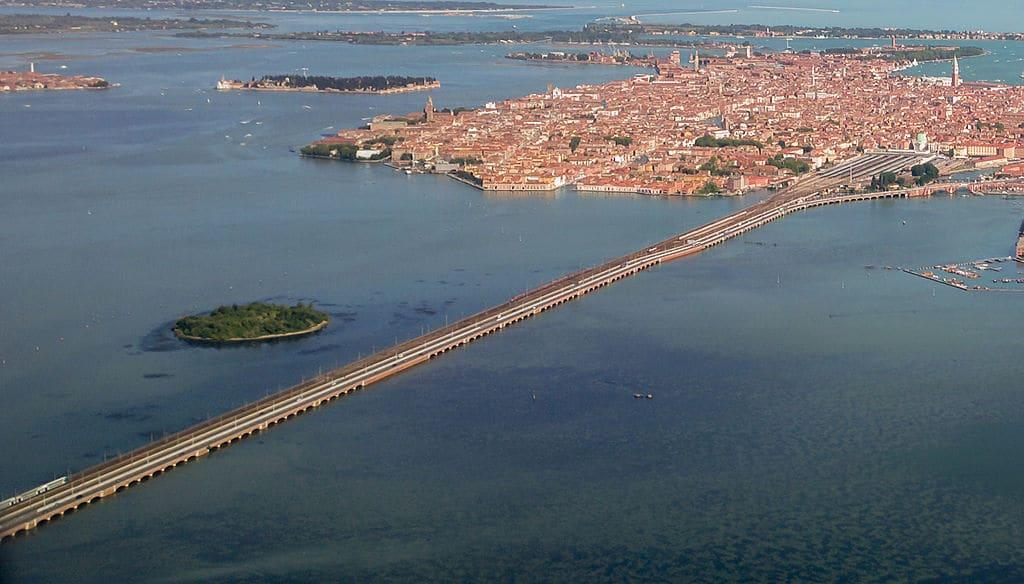 Pont de la Liberté reliant Venise à la terre - Photo de Didier Descouens