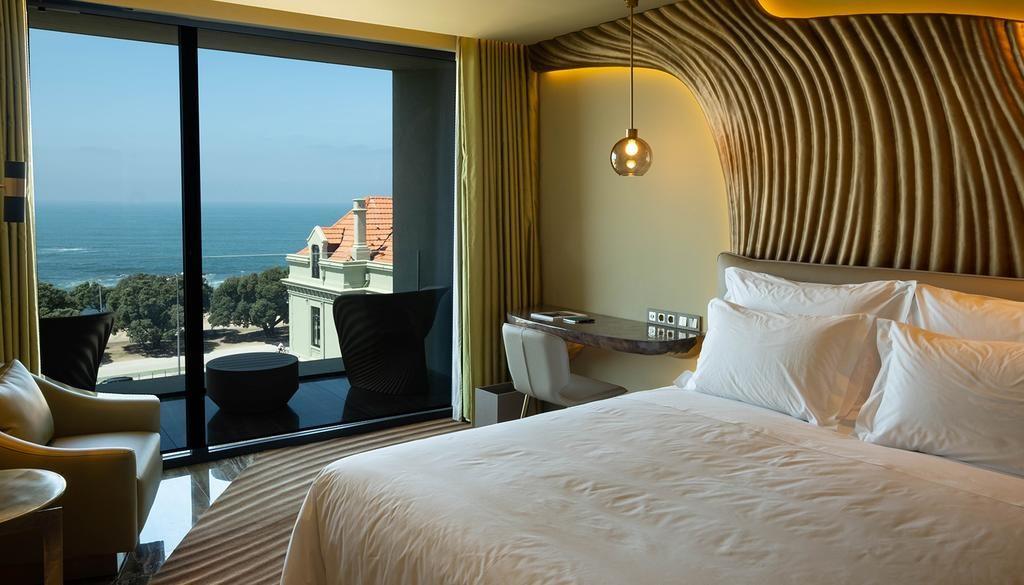 Chambre audacieuse et confortable de l'hôtel de luxe Vila Foz Hotel & SPA à Porto.