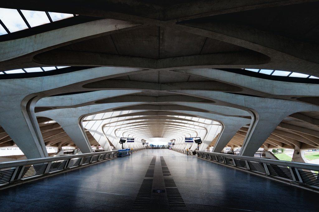 Gare TGV de l'aéroport de Lyon Saint Exupéry et son ambiance futuriste.