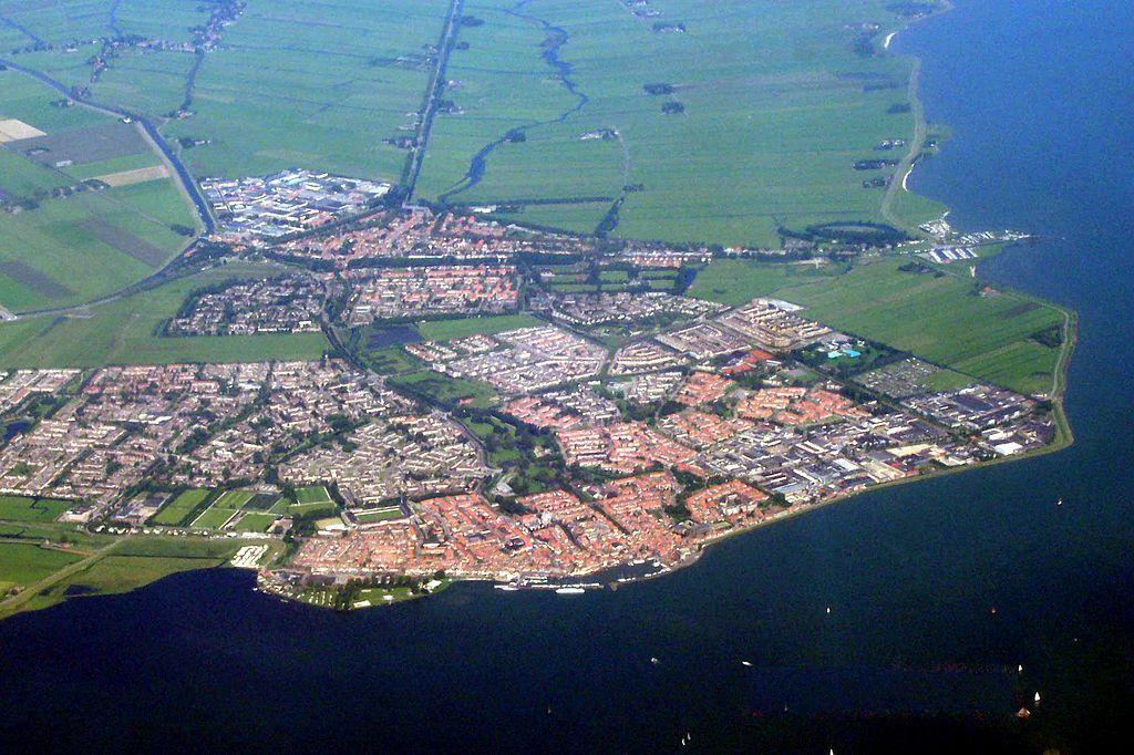 Vue aérienne sur le port de Volendam près d'Amsterdam au Pays-Bas - Photo de Debot
