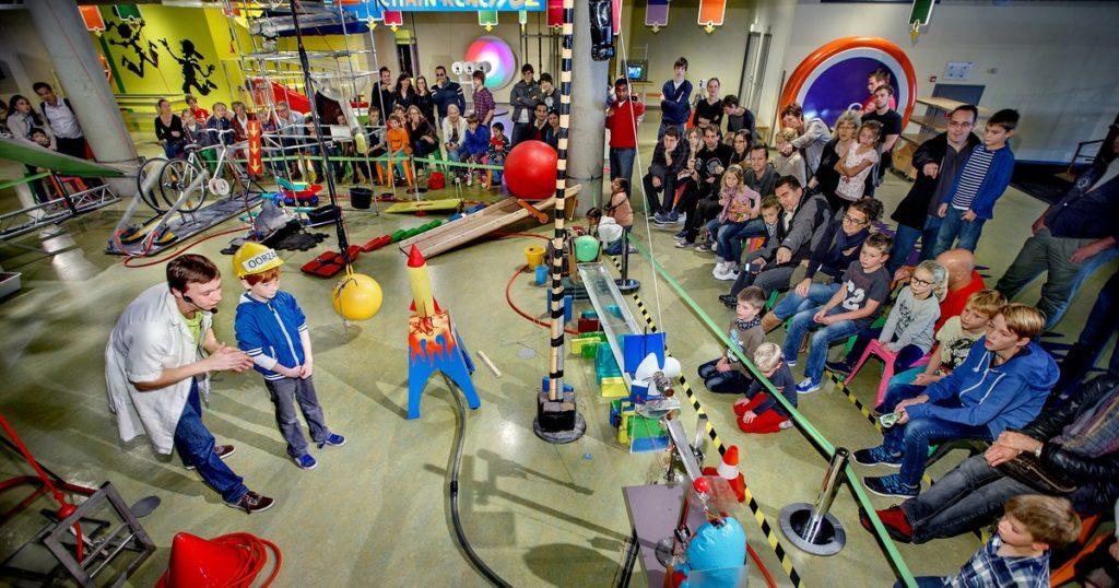 Activités à faire avec les enfants à Amsterdam : Expérience scientifique au Musée des sciences Nemo à Amsterdam.