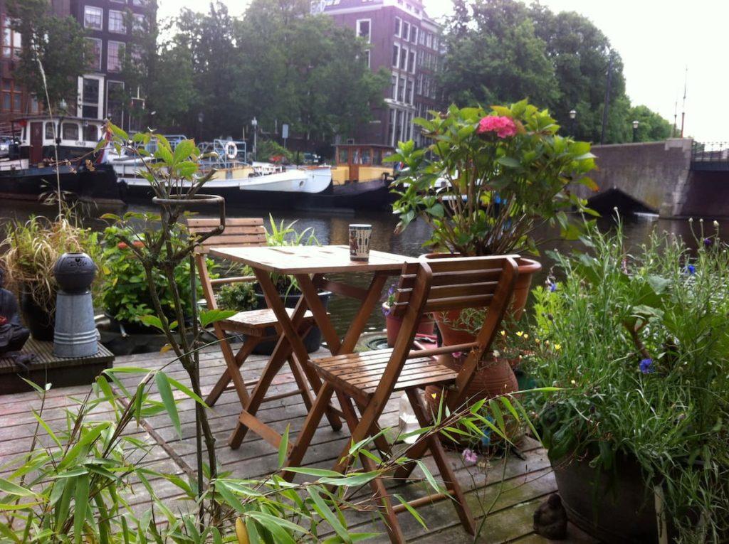 Airbnb à Amsterdam : Insolite ! Dormir sur une péniche cosy.