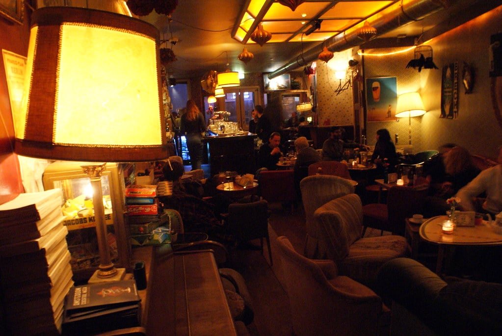 5 Cafés insolites à Amsterdam : Arty, bric à brac, kitsch tropical ou avec vue