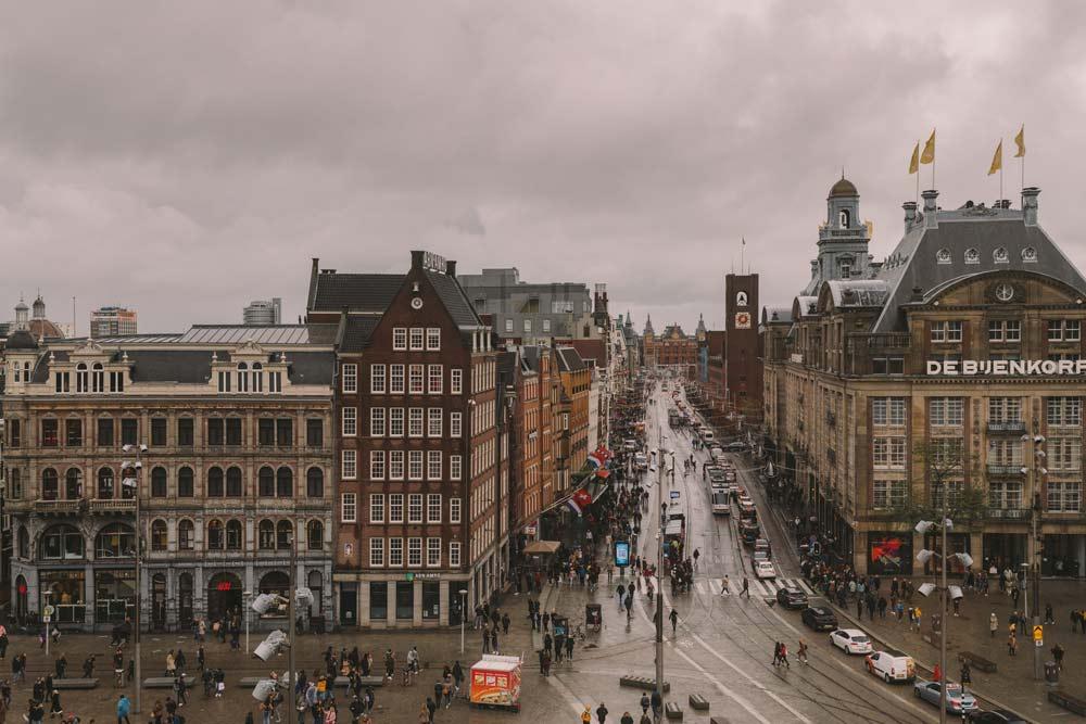 Place de Dam dans le centre d'Amsterdam un jour pluvieux. Photo de Krisztian Tabori.