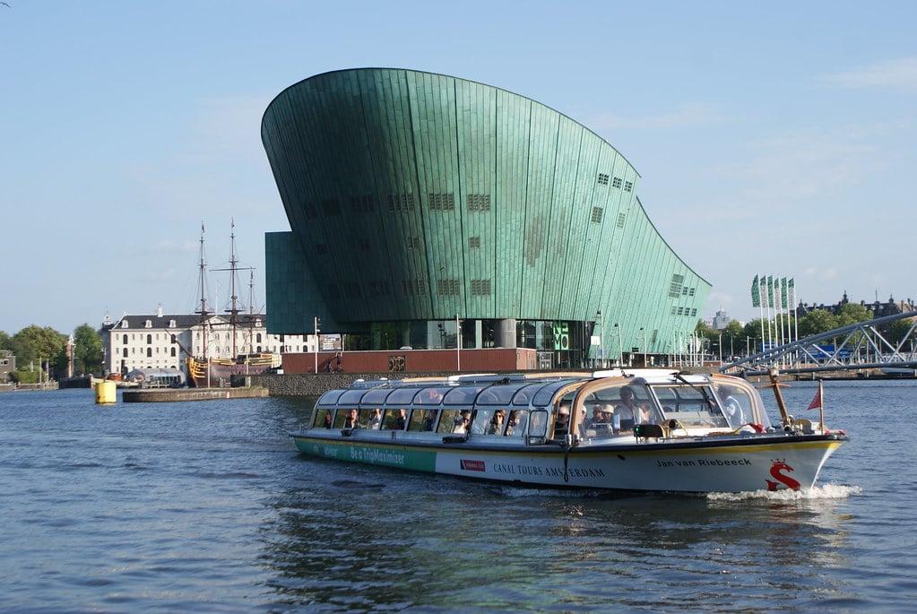 Croisière en bateau mouche sur les canaux d'Amsterdam, ici devant le musée des sciences Némo.