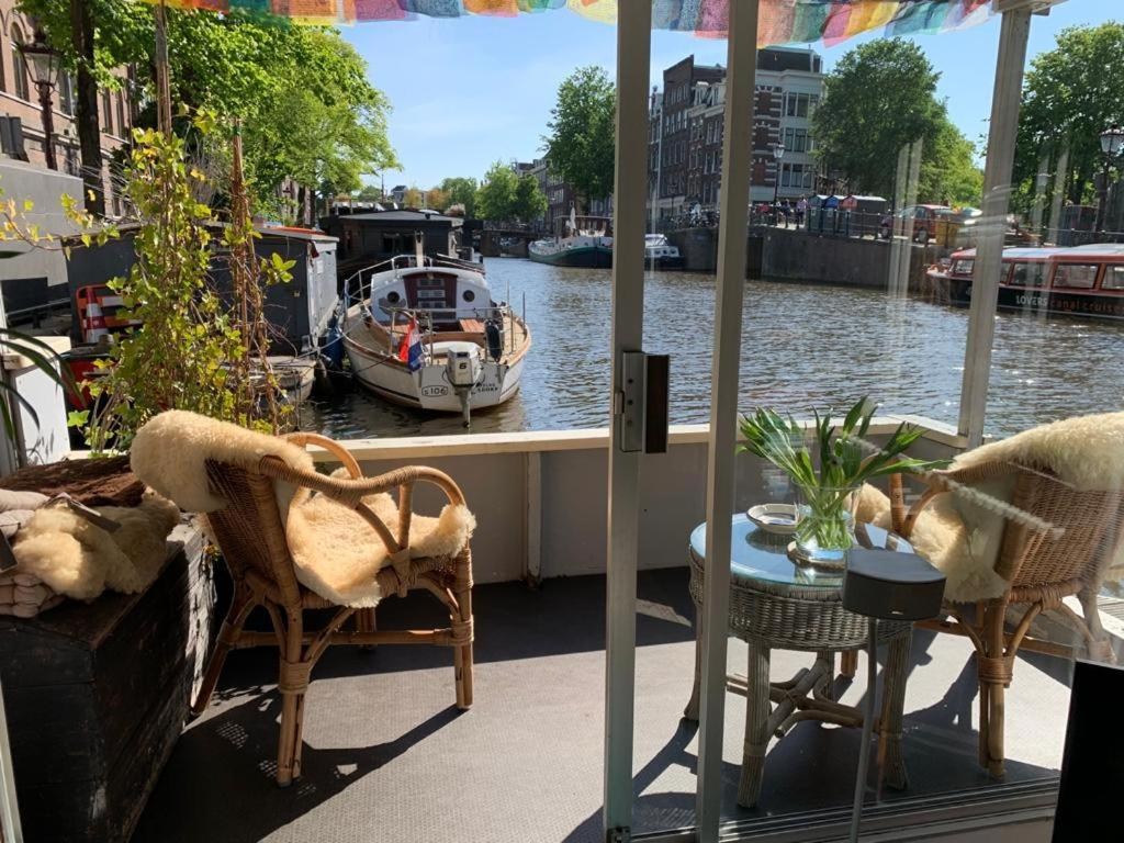 Pantheos Top Houseboat, hotel insolite à Amsterdam.