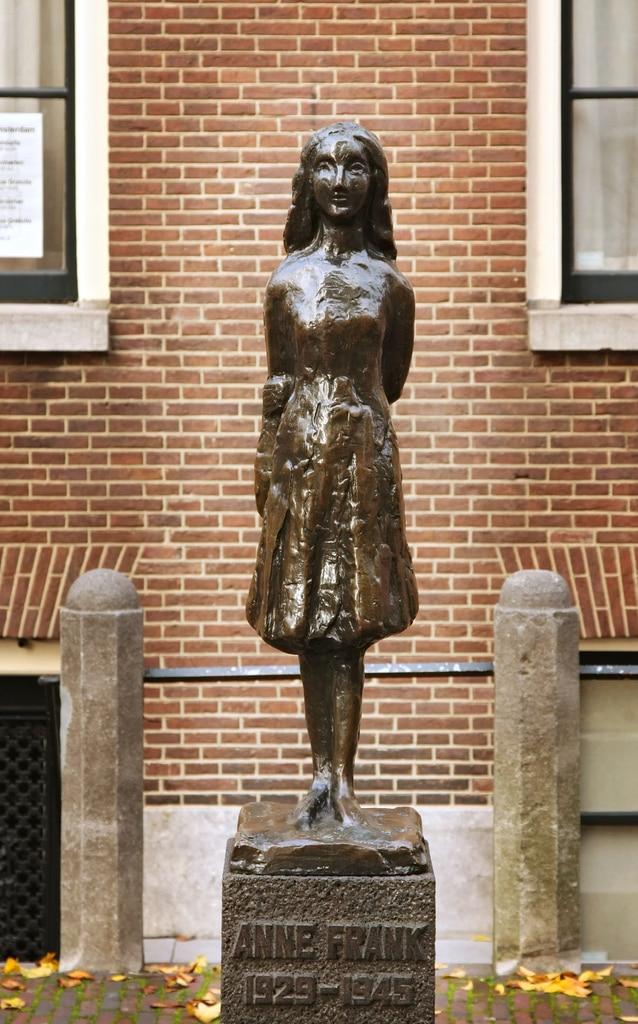 Statue d'Anne Frank près l'église Westerkerk entre les canaux d'or et le quartier de Jordaan à Amsterdam - Photo de drobm