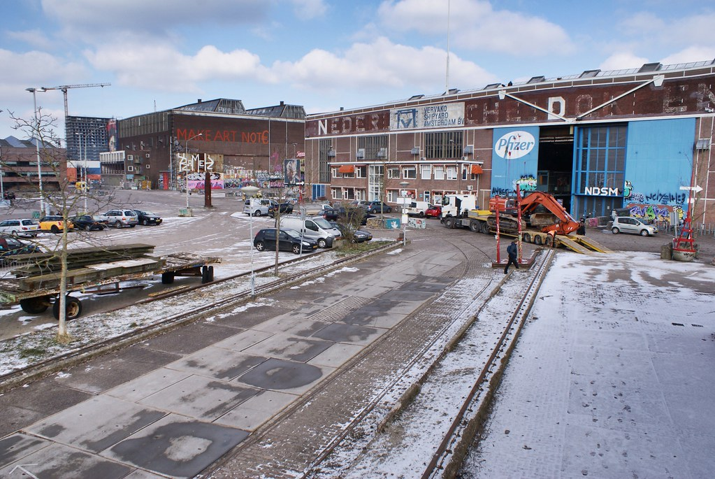 Paysage industriel dans le quartier de NDSM à Amsterdam (nord) sous un brin de neige.