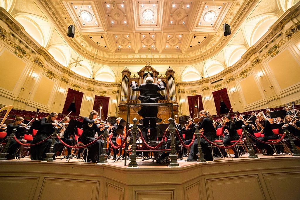Sur la scène du Concertgebouw dans le quartier des musées à Amsterdam - Photo de Fffortuinlijk