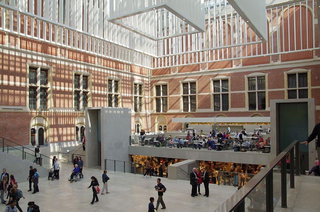 Dans la cour du musée du Rijksmuseum dans le quartier des musées à Amsterdam - Photo de Balou46