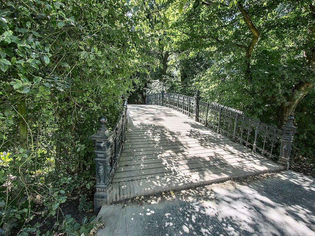 Joli pont dans le parc de Vondelpark dans le quartier des musées à Amsterdam - Photo de Alf van Beem