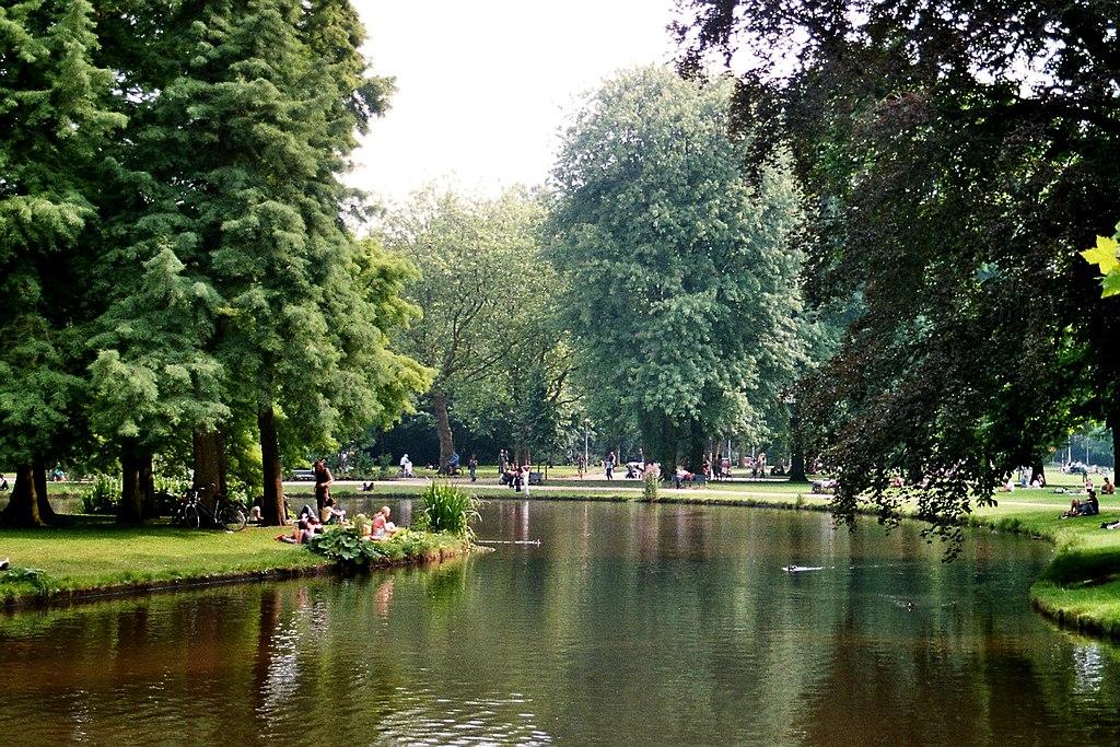 Etang dans le parc de Vondelpark dans le quartier des musées à Amsterdam - Photo de Dguendel