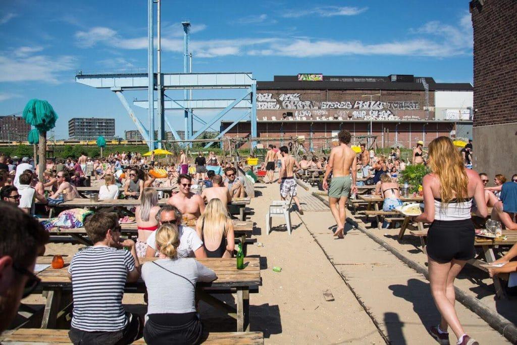 L'immense terrasse du Roest, bar à l'ambiance industriel à Amsterdam