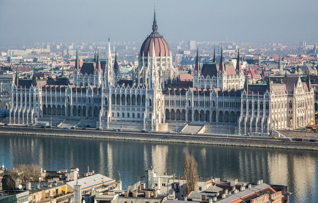 Monument à Budapest : Le Parlement néogothique sur les bords du Danube.