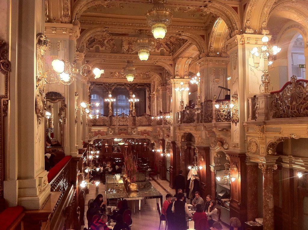 Café New York à Budapest... oui cela ne ressemble pas au petit café du coin :)