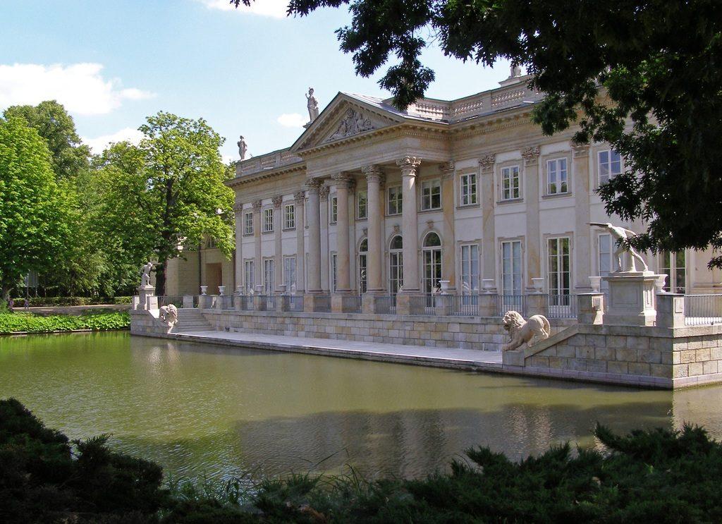 Monument emblématique : Palais sur l'eau de Varsovie dans le parc des Lazienki.
