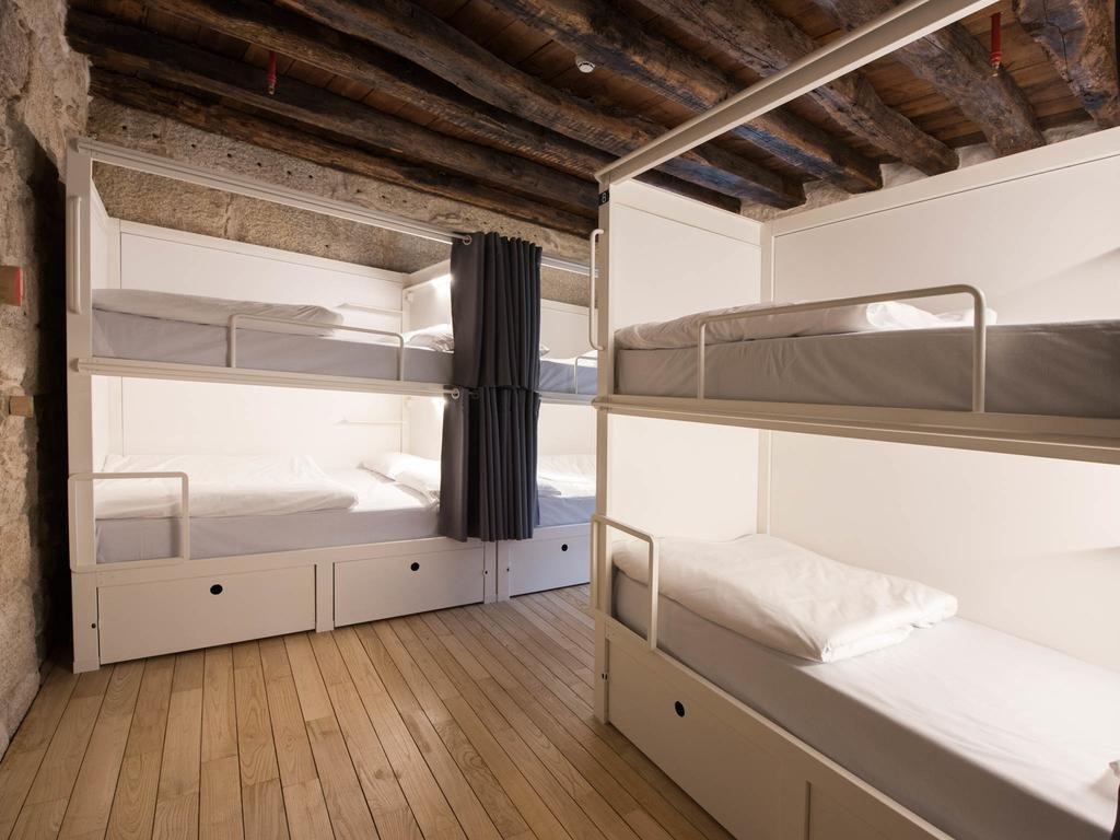 Dortoir agréable et fonctionnel de l'auberge de jeunesse Bluesock Hostels à Porto.