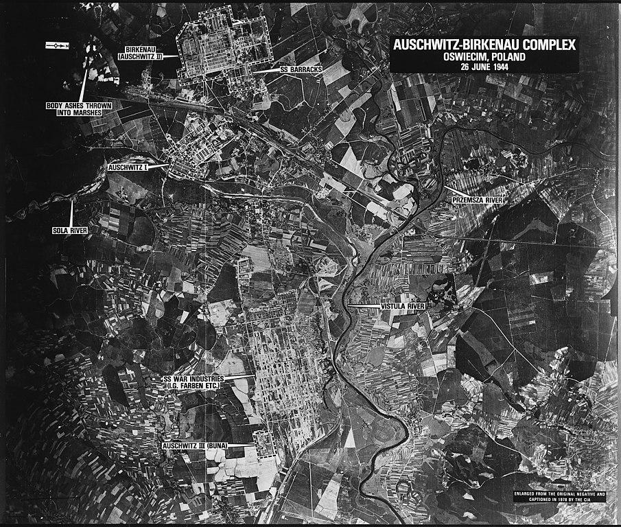 Vue aérienne des camps d'Auschwitz : Auschwitz II Birkenau en haut de l'image, Auschwitz I plus bas et le complexe industriel Auschwitz III tout en bas.