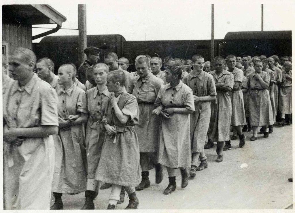En route pour une journée de travail pour ces prisonnières d'Auschwitz Birkenau.