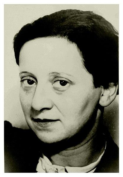 Friedl Dicker Brandeis est une artiste peintre et une enseignante juive autrichienne assassinée à Auschwitz.