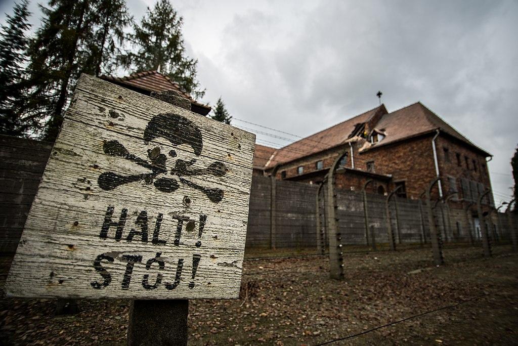 Le camp est encerclé de fils barbelés électrifiés - Photo d'Eyshpater