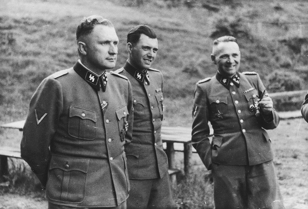 Commandants et cadres SS d'Auschwitz en 1944 de gauche à droite Richard Baer, commandant d'Auschwitz, Dr Josef Mengele et Rudolf Hoess, ancien commandant d'Auschwitz.