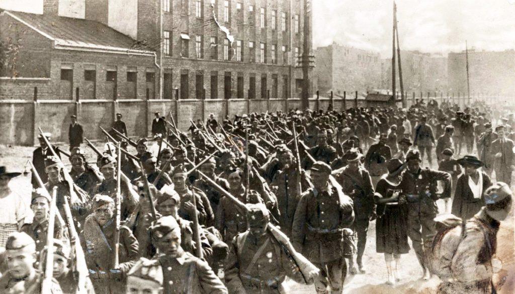 Infanterie polonaise en route pour protéger Varsovie de l'Armée rouge.
