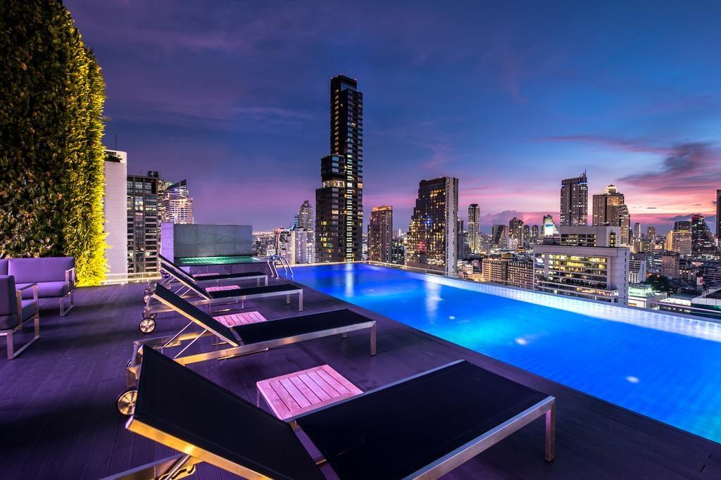 Piscine et terrasse en rooftop au Amara Bangkok Hotel.