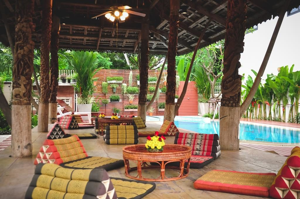 Hotel Charlie House Pin Klao à Bangkok : Piscine + jardin.